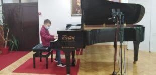Mladi Vukašin Mitrović iz Brusa osvojio svoju prvu medalju na takmičenju mladih pijanista u Beogradu